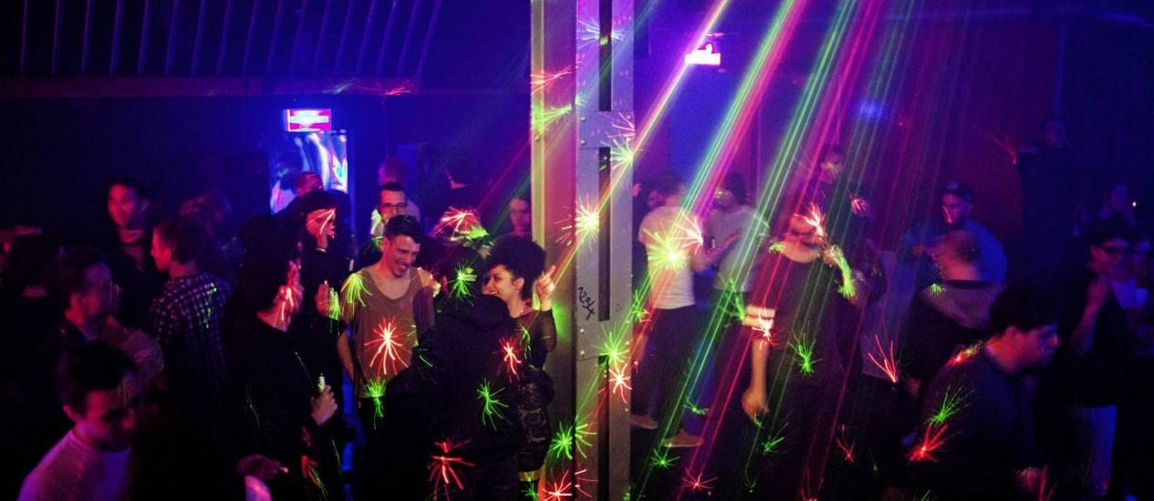 Sem limite. Berlinenses e turistas em pista de dança de uma boate em Friedrichshain-Kreuzberg; moradores dizem que não conseguem dormir Foto: MUSTAFAH ABDULAZIZ / NYT/8-2-2014