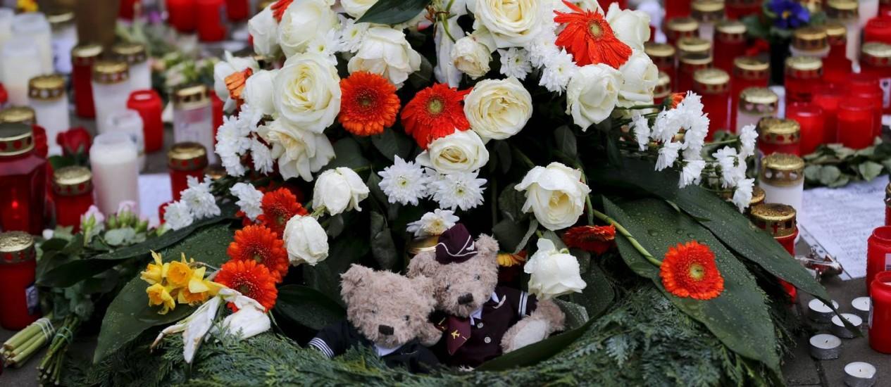Homenagens em Colônia ganha até ursos vestidos de piloto Foto: WOLFGANG RATTAY / REUTERS