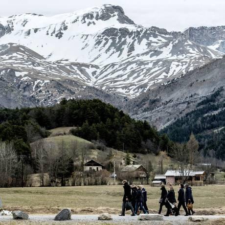 Parentes caminham para missa em memória das vítimas do desastre com o voo da Germanwings, em Seyne-les-Alpes Foto: JEFF PACHOUD / AFP