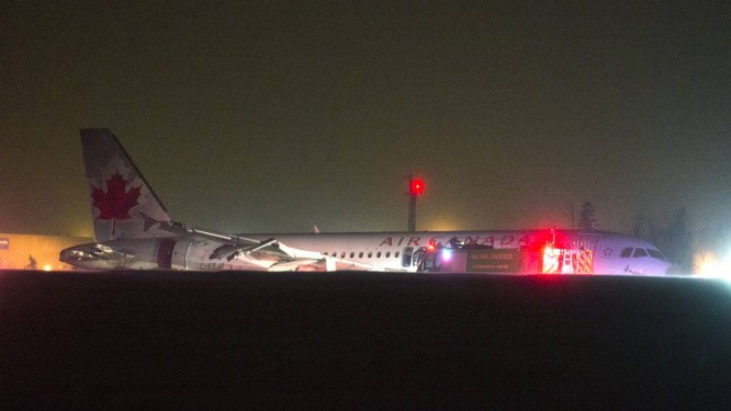 Aeronave sofreu pequenos danos na dianteira Foto: Andrew Vaughan/Canadian Press / AP