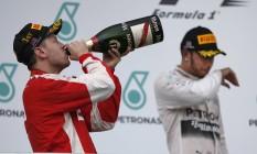 Vettel toma o champanhe da vitória após o primeiro lugar no GP da Malásia Foto: Vincent Thian / AP