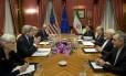 Secretário de Estado americano, John Kerry, conversa com par iraniano e lideranças nucleares de Teerã