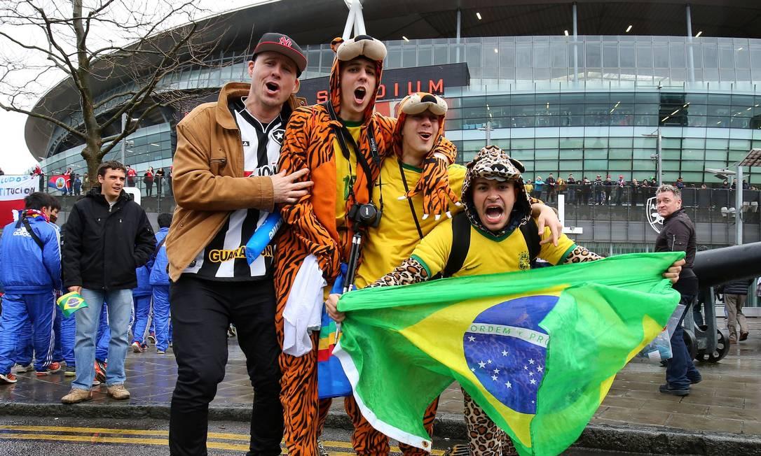 Torcedores da seleção no estádio Emirates, em Londres Gareth Fuller / AP