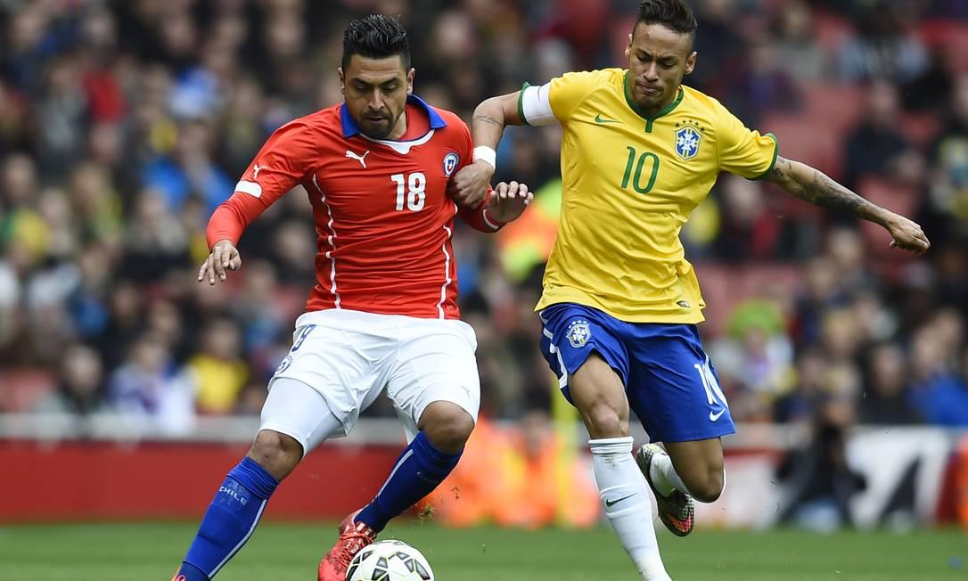Neymar tenta se livrar da marcação de Jara Dylan Martinez / REUTERS