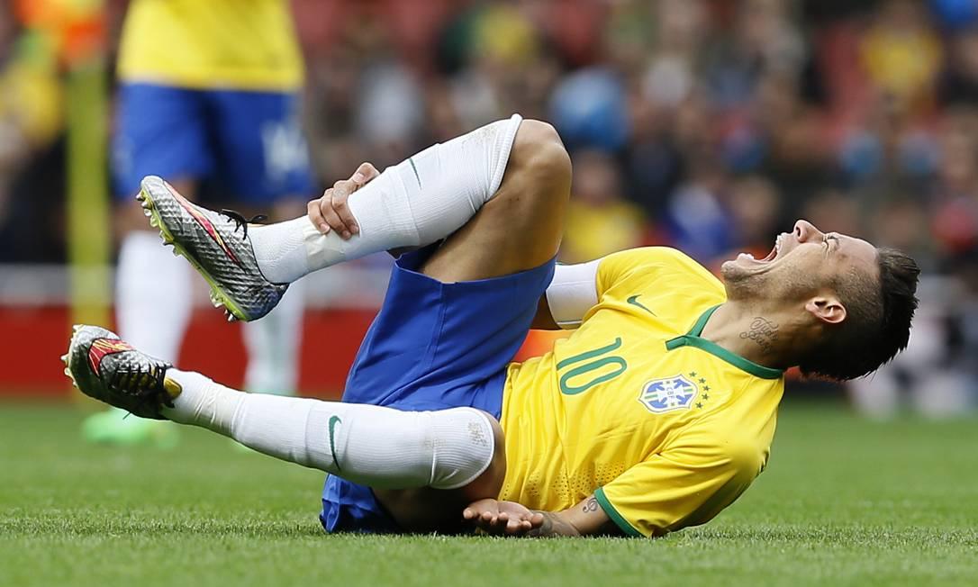 Neymar sofreu com a marcação dura dos jogadores chilenos. Medel chegou a pisar na sua perna após uma dividida Kirsty Wigglesworth / AP