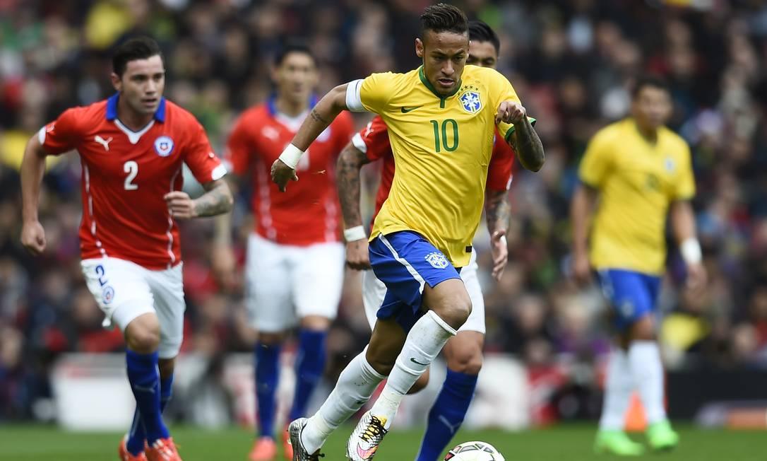 Neymar tenta dar uma arrancada durante a partida Dylan Martinez / REUTERS