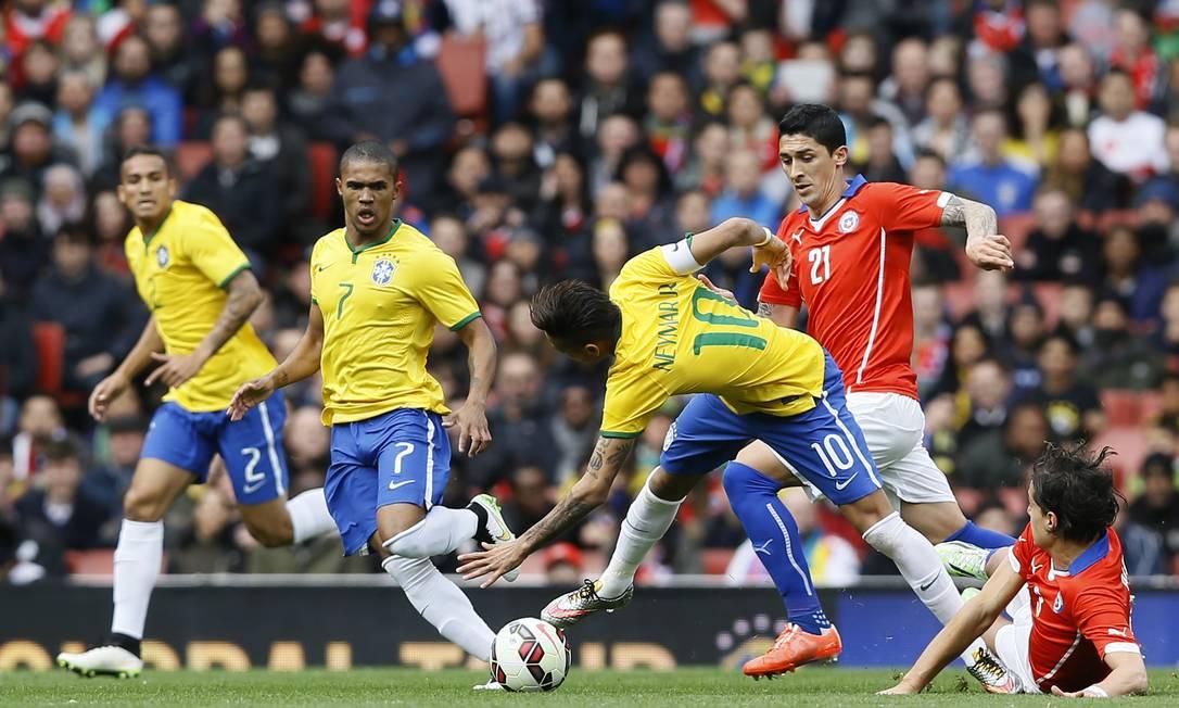 Neymar é derrubado por Albornoz durante a partida contra o Chile em Londres Kirsty Wigglesworth / AP