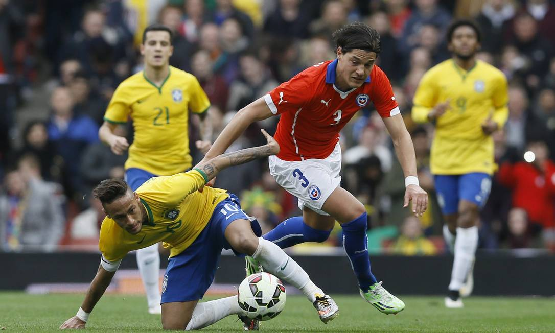 Neymar tenta se livrar da marcação de Albornoz Kirsty Wigglesworth / AP