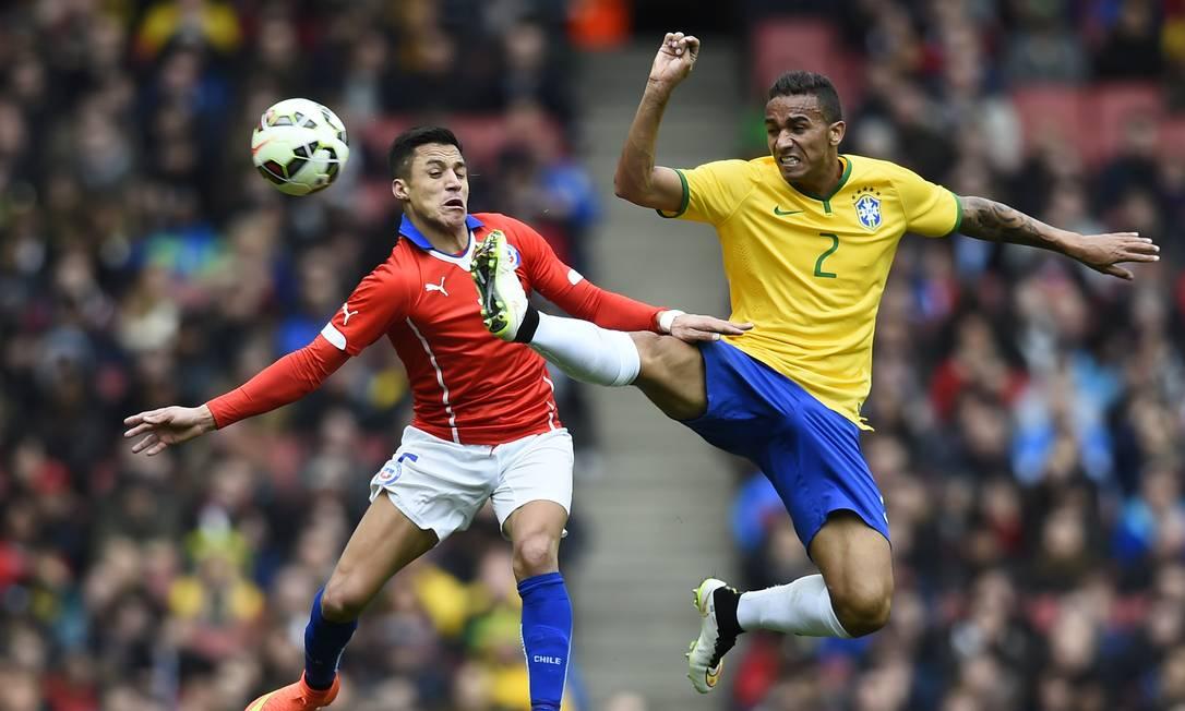 O jogo teve tantas jogadas ríspidas que, às vezes, parecia outro esporte. Danilo e Alexis Sanchez disputam uma bola na partida Dylan Martinez / REUTERS
