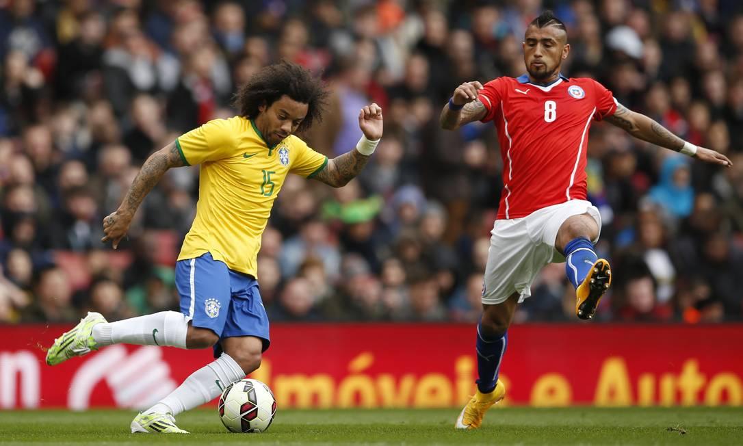 Marcelo é marcado por Vidal durante o amistoso da seleção em Londres John Sibley / REUTERS