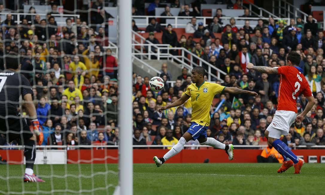 Douglas Costa finaliza por cima do gol de Bravo Kirsty Wigglesworth / AP