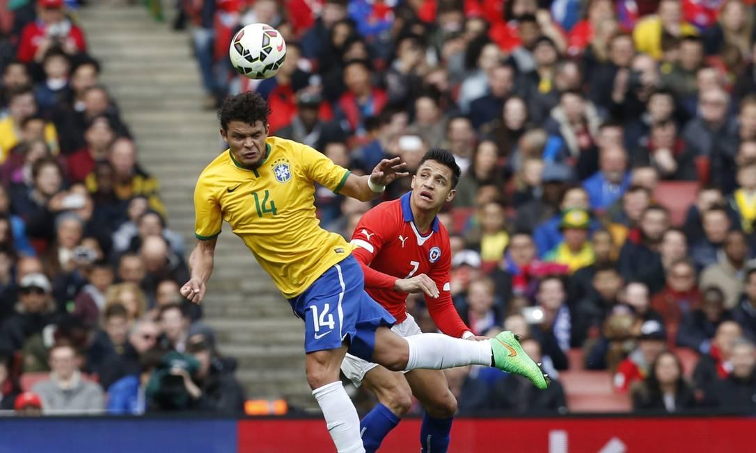 Thiago Silva evita que a bola chegue em Alexis Sanchez, o jogador mais perigoso do ataque chileno IAN KINGTON / AFP