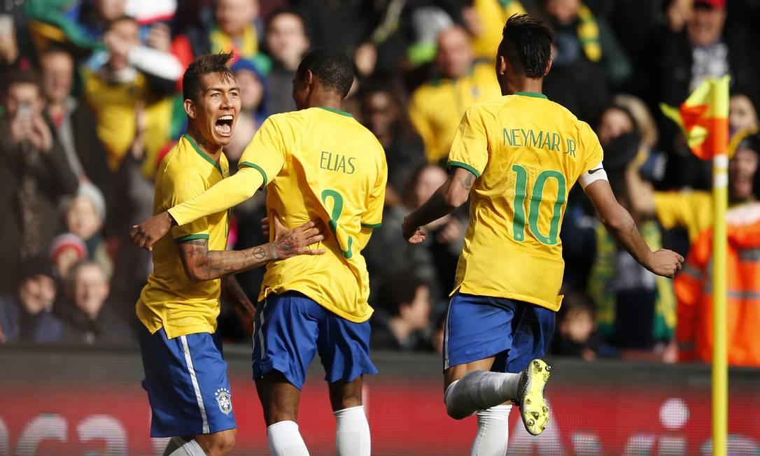 Firmino comemora o gol da seleção com Elias e Neymar John Sibley / REUTERS