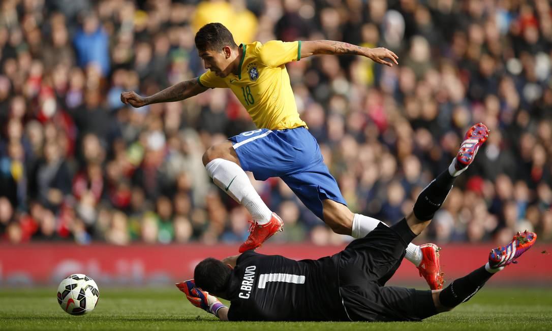 O atacante dribla o goleiro Bravo no lance em que marcou o único gol da seleção brasileira sobre o Chile John Sibley / REUTERS