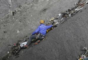 Equipes de resgate trabalham para retirar destroços Foto: GONZALO FUENTES / REUTERS