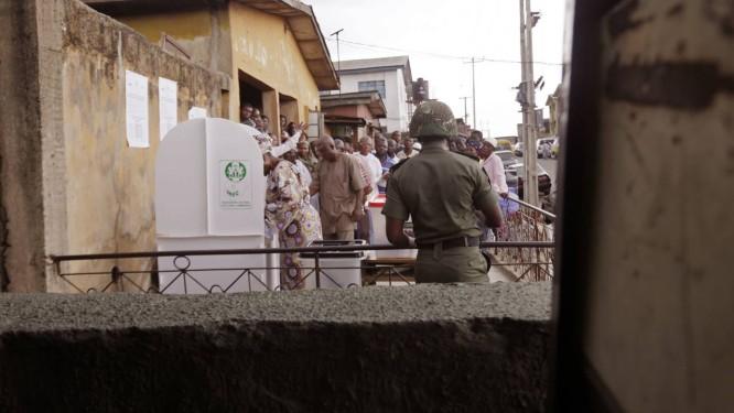 Soldados acompanham votação em Lagos Foto: Kunle Ogunfuyi / AP