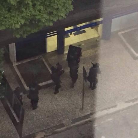 Polícia Militar faz cerco a uma agência da Caixa Econômica, em Juiz de Fora Foto: Reprodução