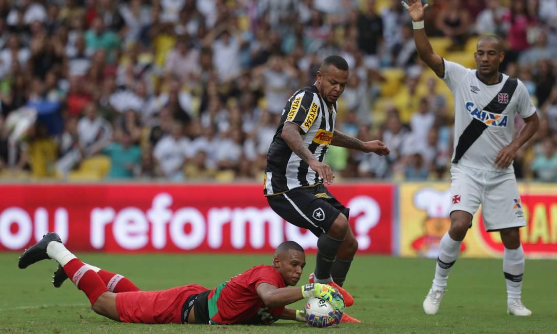 O goleiro do Vasco, Jordi, defende nos pés do atacante Jobson, do Botafogo Márcio Alves / Agência O Globo