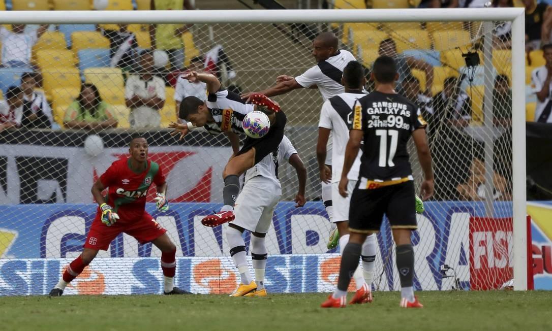 Bla no ataque do Botafogo, o goleiro do Vasco, Jordi, observa o lance, atento Marcos Tristão / Agência O Globo
