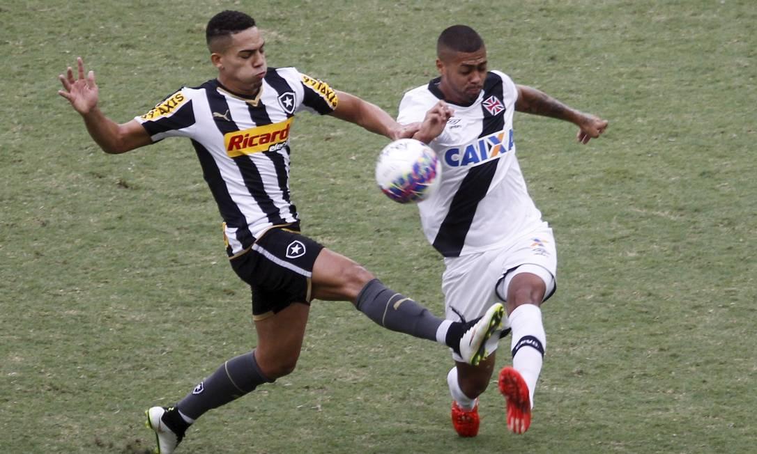 Disputa de bola na lateral do campo: Botafogo e Vasco em clássico disputado com pouco brilho no Maracanã Marcelo Carnaval / Agência O Globo