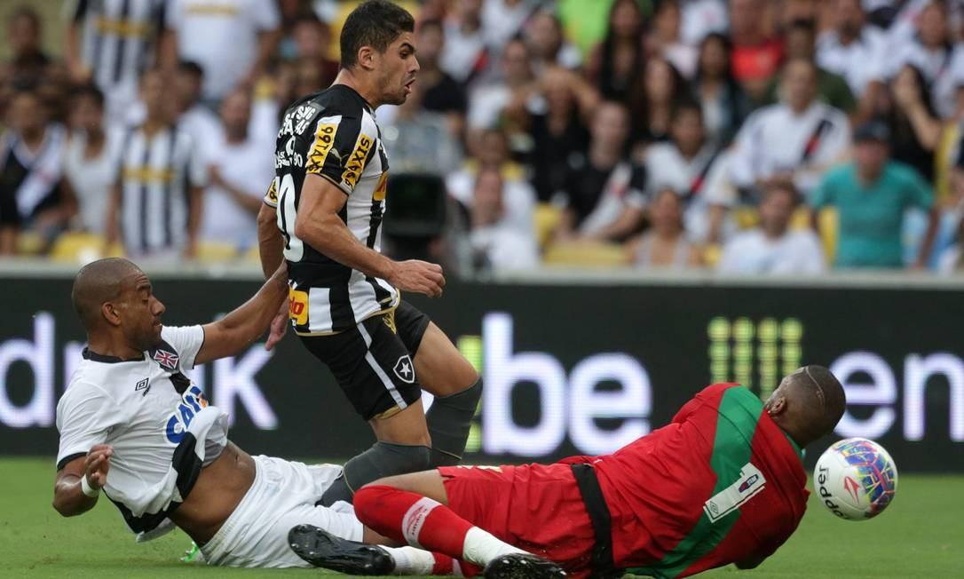 O zagueiro Rodrigo dá o carirnho e manda a bola a escanteio, aliviando a defesa do Vasco diante do ataque do Botafogo Márcio Alves / Agência O Globo