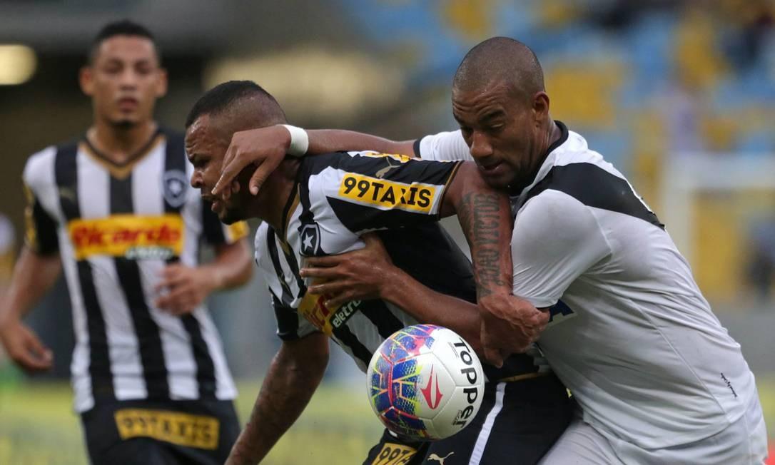 Vasco e Botafogo fazem clássico aguerrido, onde sobra até mão de Rodrigo no rosto de Bill Márcio Alves / Agência O Globo