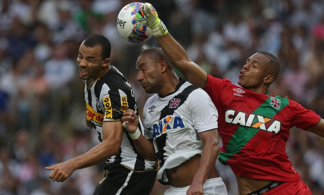 Bola levantada na área do Vasco, o goleiro Jordi estica o braço para mandar o perigo para longe Márcio Alves / Agência O Globo