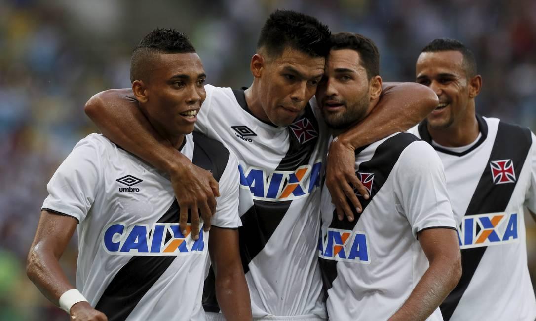 Yago, Julio dos Santos e Gilberto comemoram gol do Vasco sobre o Botafogo, no fim do 1º tempo Marcos Tristão / Agência O Globo