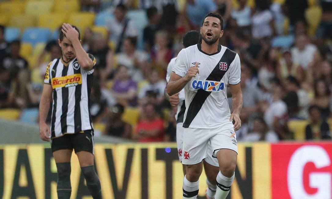 Comemoração de Gilberto pelo Vasco e desalento no time do Botafogo quando estava 1 a 0 Márcio Alves / Agência O Globo