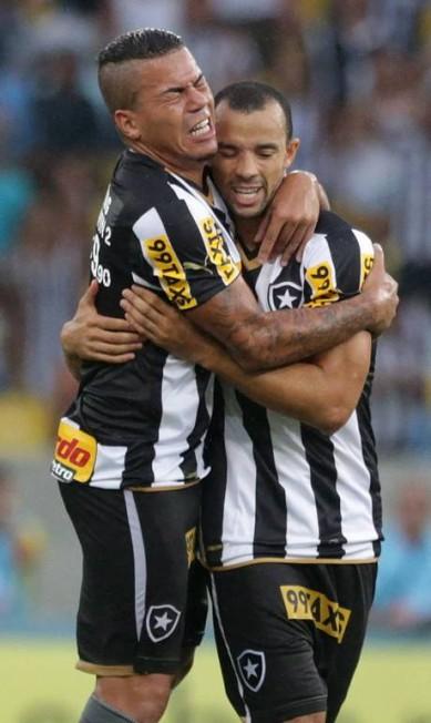 Roger Carvalho (à direita) recebe abraço pelo gol de empate do Botafogo contra o Vasco, que ele marcou de cabeça Foto: Márcio Alves / Agência O Globo