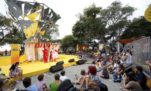 Crianças assistiram ao teatrinho infantil pela manhã Foto: Fabio Rossi / Agência O Globo