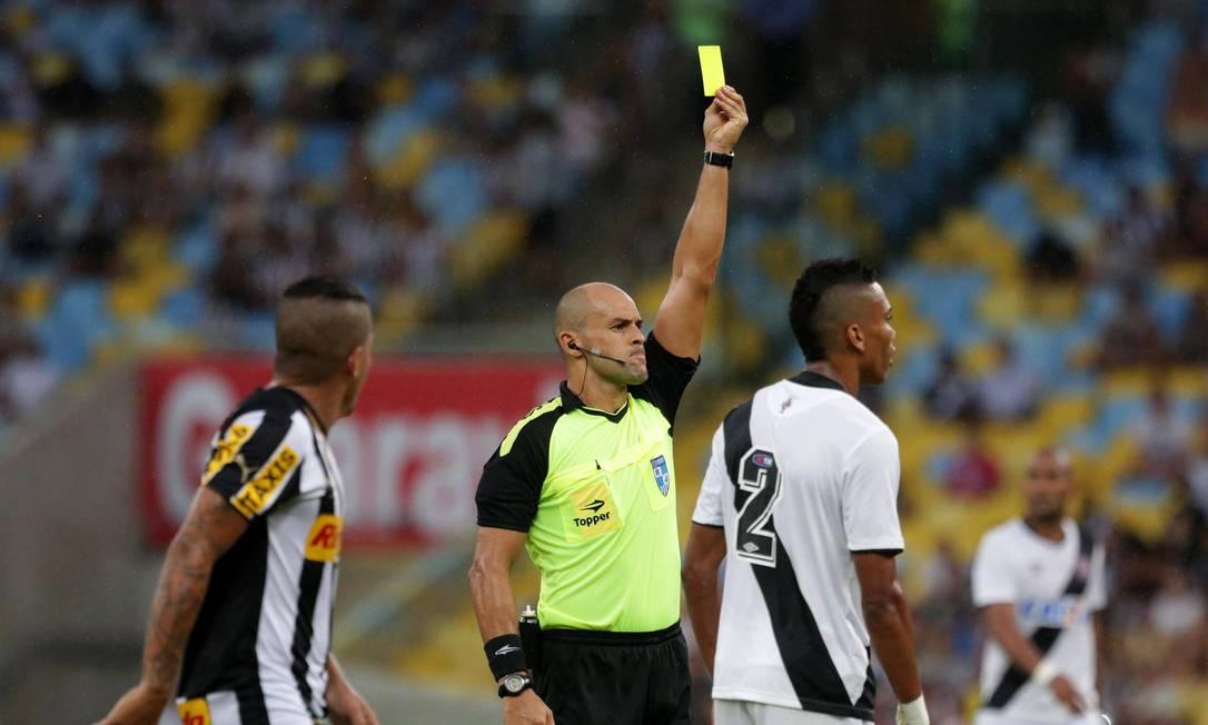 O árbitro Grazianni Maciel distribuiu seis cartões amarelos no clássico, três para o Vasco e três para o Botafogo Márcio Alves / Agência O Globo