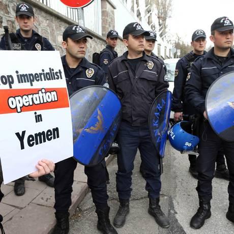 Na Turquia, manifestantes pedem fim da intervenção no Iêmen Foto: ADEM ALTAN/AFP