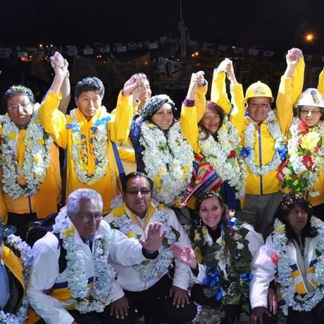 Soledad Chapetón, ao centro, encerrou a campanha eleitoral na semana passada. Opositora de Evo Morales, ela é a favorita em El Alto, cidade que integra eleitorado do presidente Foto: Reprodução Facebook