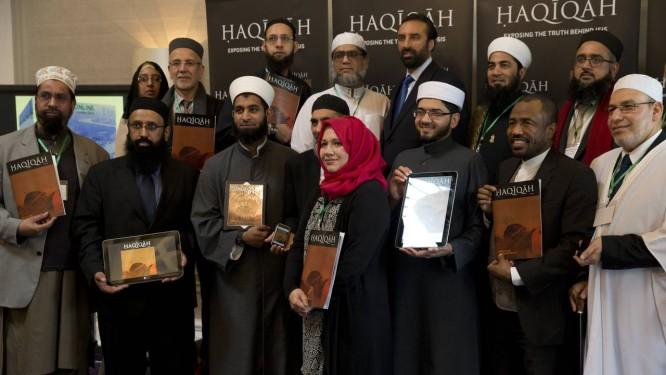 """Imãs e acadêmicos europeus mostram a revista """"Haqiqah"""" durante conferência em Londres Foto: AP/26-3-2015"""