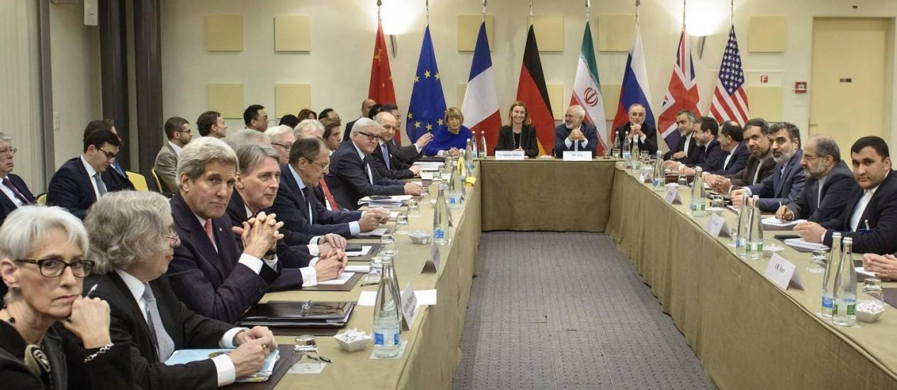 John Kerry (terceiro à esquerda) e demais chanceleres e membros de delegações se reúnem para discussões Foto: Brendan Smialowski / AP