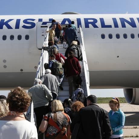 Passageiros retornaram ao avião após o voo ser considerado seguro, no aeroporto de Casablanca, Marrocos. Foto: Abdeljalil Bounhar / AP