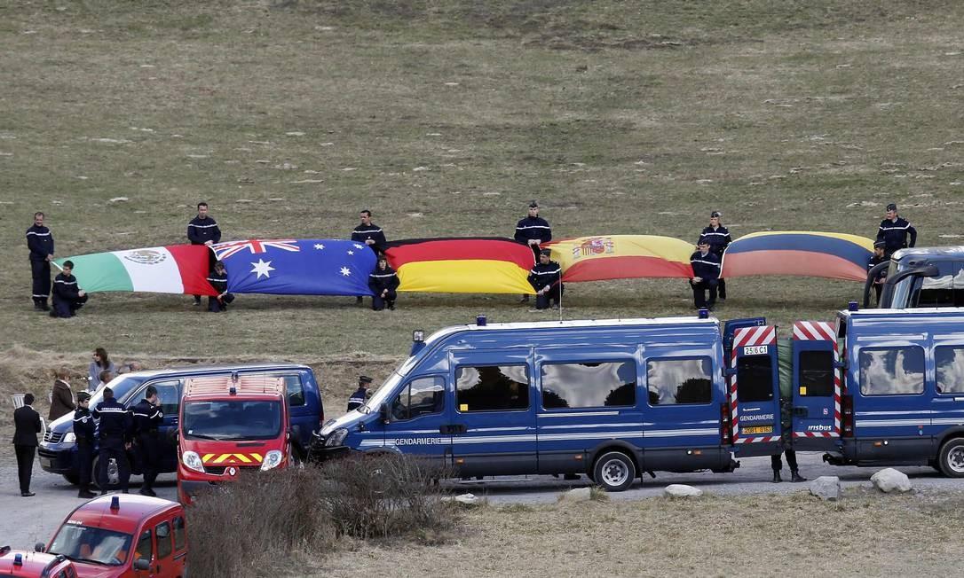 Bandeiras homenageiam as vítimas do desastre que matou as 150 pessoas a bordo do voo da Germanwings Foto: JEAN-PAUL PELISSIER / REUTERS