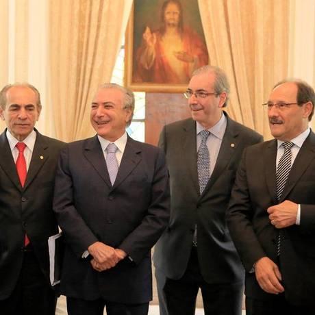 Presidente da Câmara, Eduardo Cunha (PMDB-RJ), segundo à direita, e o vice-presidente Michel Temer no evento em Porto Alegre Foto: Divulgação/Facebook