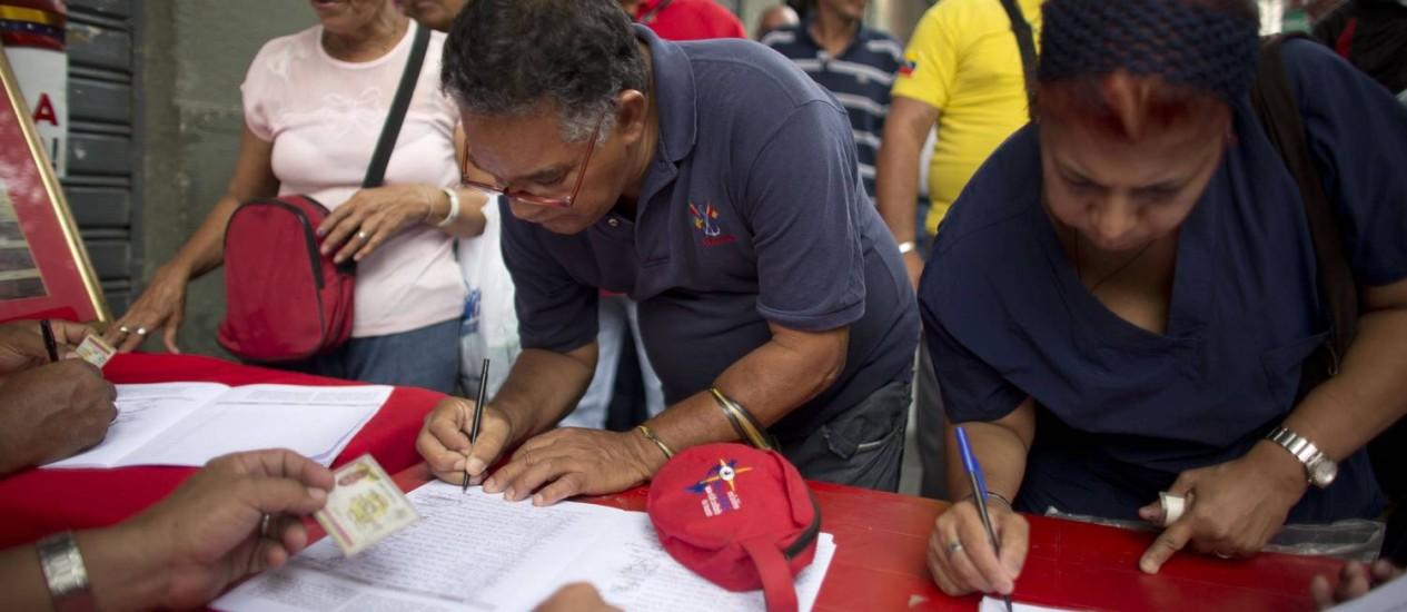 """Filas no centro de Caracas na campanha por assinaturas contra o decreto do governo americano que classificou a Venezuela como """"uma ameaça"""". Maduro espera atingir recorde de 10 milhões de assinaturas Foto: Ariana Cubillos / AP"""