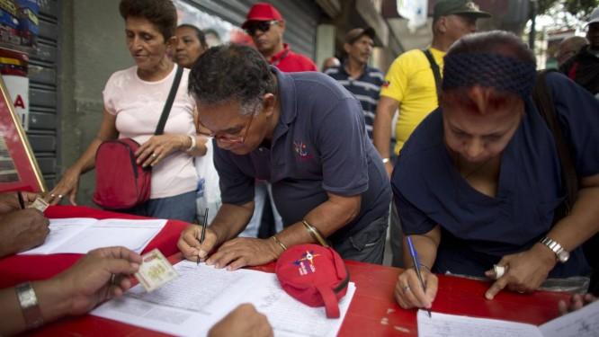Filas no centro de Caracas na campanha por assinaturas contra o decreto do governo americano que classificou a Venezuela como