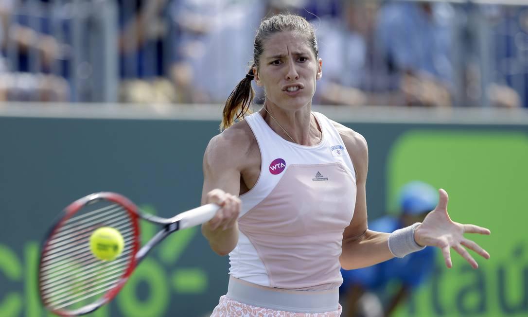 Ex-top 10, a tenista da Alemanha devolve a bola na partida contra a russa Ekaterina Makarova Alan Diaz / AP