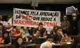 Manifestantes protestam contra e a favor da proposta que reduz a maioridade penal