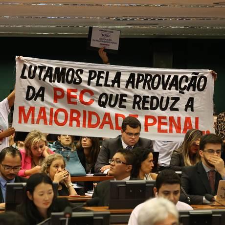Manifestantes protestam contra e a favor da proposta que reduz a maioridade penal Foto: Ailton de Freitas / Agência O Globo