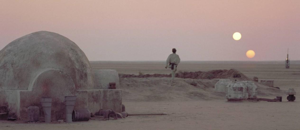 """Cena do filme """"Guerra nas estrelas"""" mostra Luke Skywalker observando o pôr do sol duplo do planeta Tatooine: cenário pode ser mais comum do que se pensava Foto: Reprodução"""