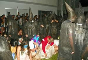 Calouros se ajoelham diante de veteranos com fantasias semelhantes à da Ku Klux Klan Foto: Reprodução Facebook