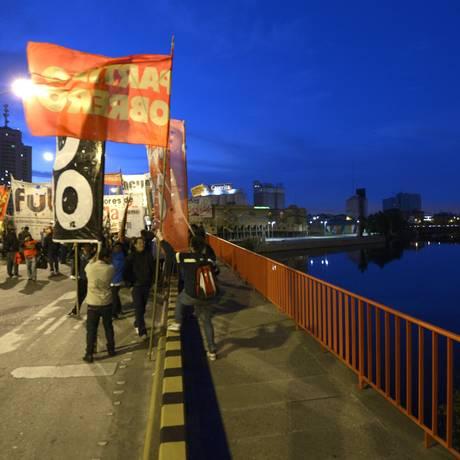 Grevistas bloqueiam a ponte Pueyrredon, em Buenos Aires Foto: JUAN MABROMATA / AFP
