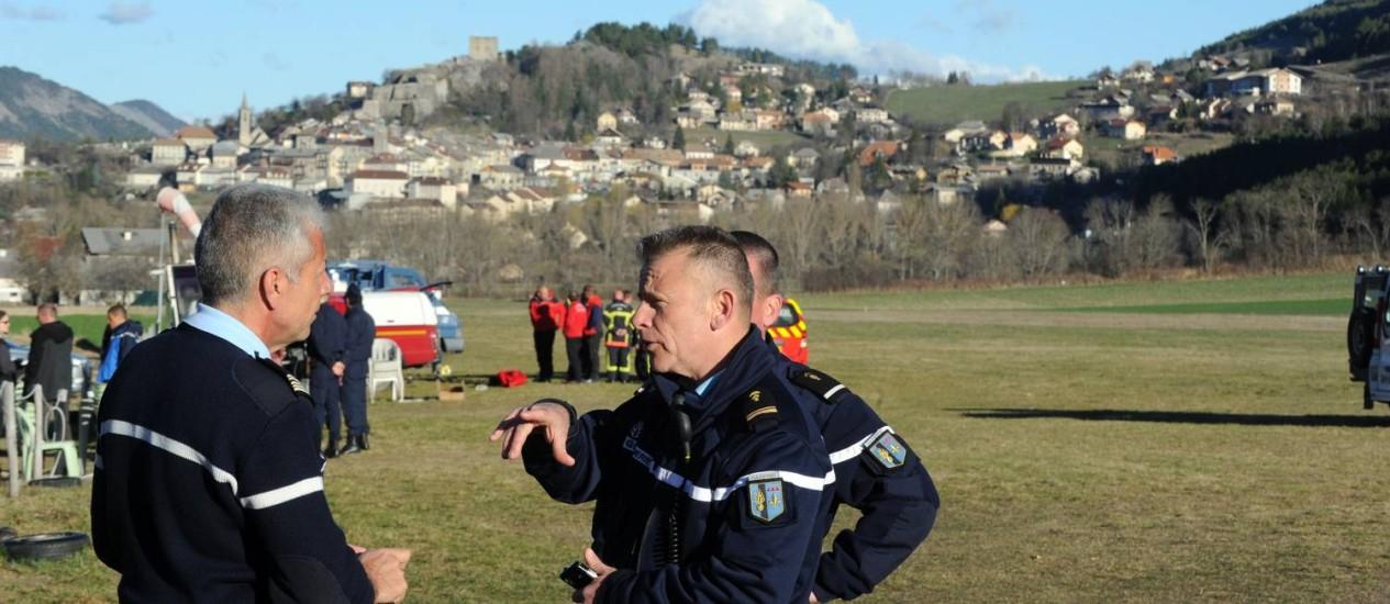 Policiais analisam resgate de destroços em Seyne-les-Alpes Foto: JEAN-PIERRE CLATOT / AFP