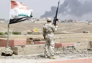 Soldado iraquiano acompanha bombardeios em Tikrit Foto: ALAA AL-MARJANI / REUTERS