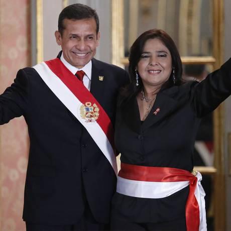 Ana Jara com o presidente Ollanta Humala: sem apoio, primeira-ministra deve renunciar Foto: AFP